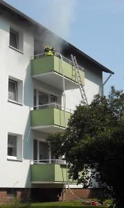 Rückseite des Brandobjektes, über den Balkon wurde ein Löschangriff vorgetragen.