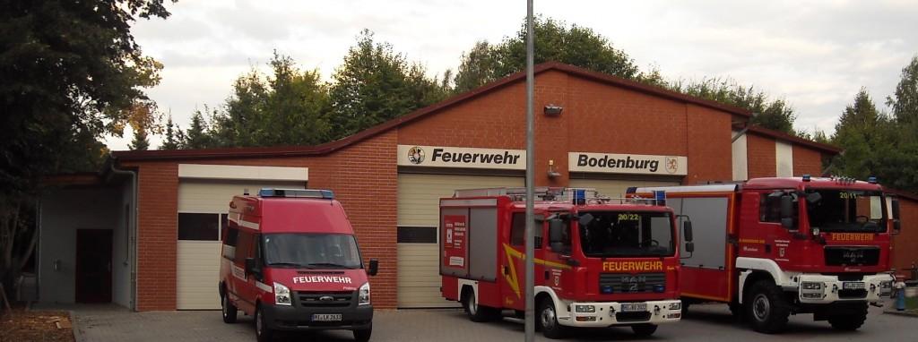 (Links neuer Alarmeingang, neue Fahrzeughalle Einsatzleitwagen, dann die alten Hallen)